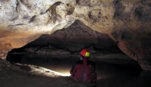 Salah satu lorong Gua Urang yang menurut ASC salah satu sistem sungai bawah tanah yang mensuplai kebutuhan air bersih di sekitar Gunung Kendeng