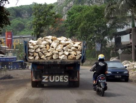 Hati-hati tertimpa batu
