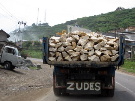 Awas, Si Zudes mau menjatuhkan batu