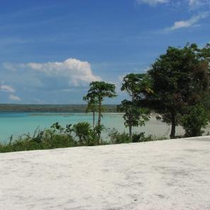langit membiru dan laut hijau kebiruan sebuah pemandangan yang tak pernah bosan dinikmati