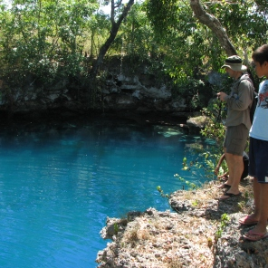 """""""Blue Hole"""" danau karst yang berwarna biru."""